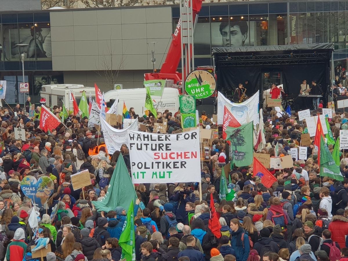 Menge & Plakat_Politiker mit Mut